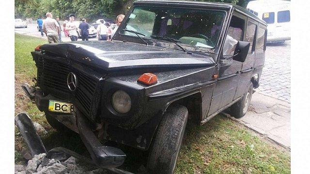 Власник елітного автомобіля у Львові збив електричний стовп та втік