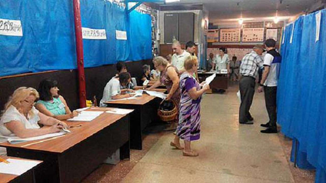 Спостерігачі ОПОРИ заявляють про фотографування бюлетенів виборцями у Чернігові
