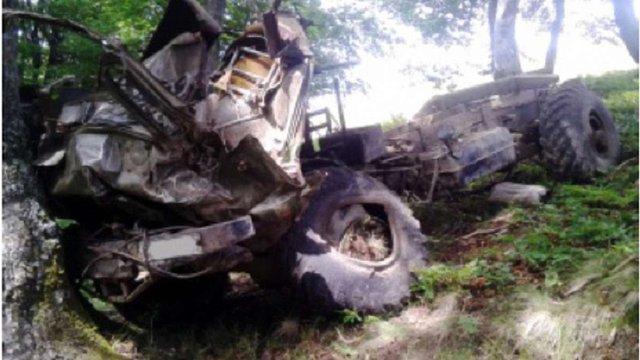На Закарпатті вантажівка з 35 людьми впала у прірву, є загиблі
