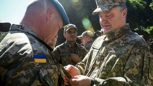 Президент запевнив, що Збройні сили не покинуть стратегічні висоти біля Широкиного