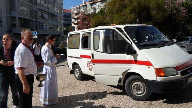 Українці Португалії передали карету швидкої допомоги в зону АТО