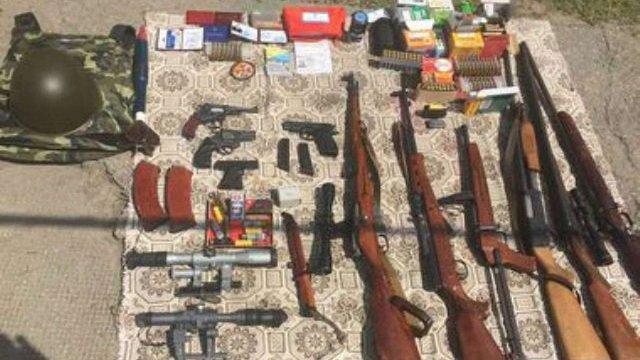 На Запоріжжі СБУ затримала злочинця з арсеналом зброї і підробленим посвідченням міліціонера