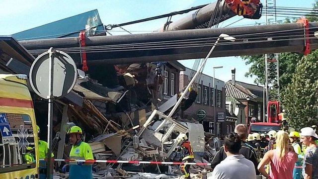 У Нідерландах два вантажні крани упали на житлові будинки