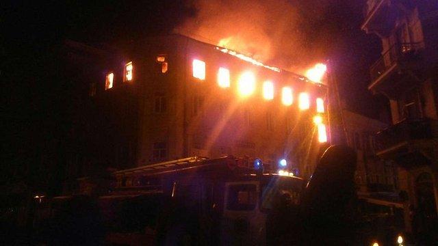 В історичній частині Тернополя внаслідок сильної пожежі обвалився дах багатоповерхівки