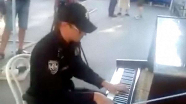 На Андрієвському узвозі поліцейський зіграв на вуличному піаніно (відео)