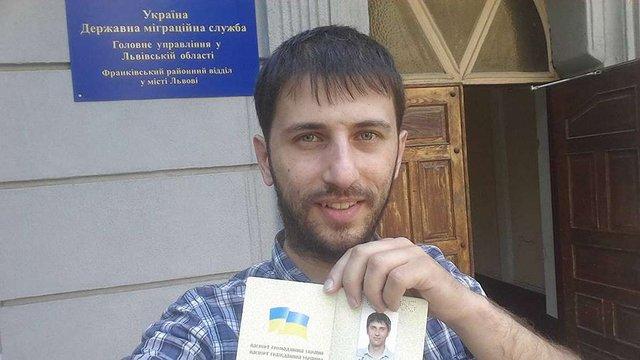Львів'янин отримав перший в Україні паспорт без російської мови