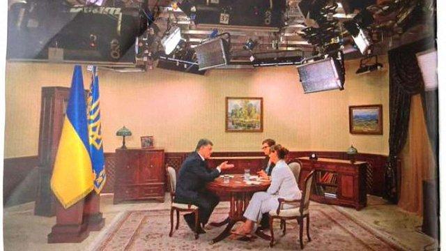 Німецькі журналісти показали «ефірний» кабінет Порошенка, в якому він дає інтерв'ю для ЗМІ