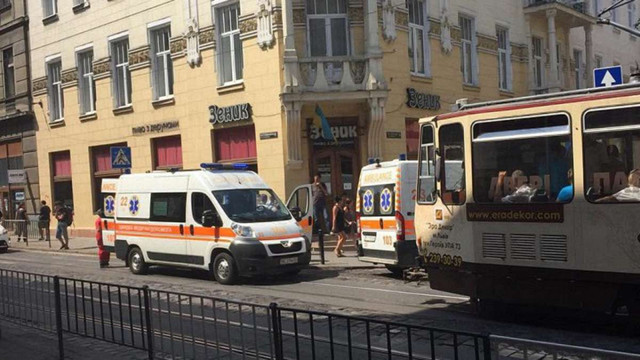 У центрі Львова «швидка» збила 76-річну жінку