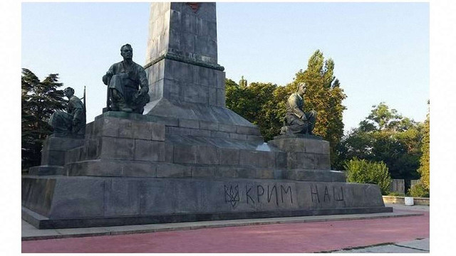 Севастопольському Леніну намалювали тризуб з написом «Крим наш»