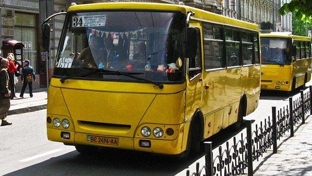 За проїзд по пішохідній площі водія львівської маршрутки не покарали