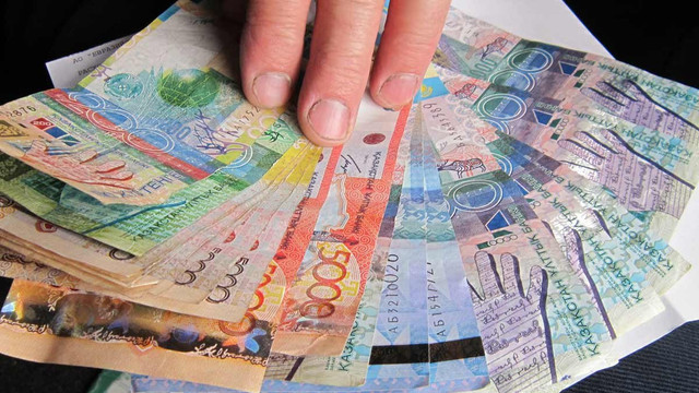 У Казахстані через падіння курсу тенге закрилися пункти обміну валюти