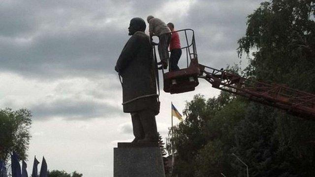 На Харківщині знесли пам'ятник Леніну