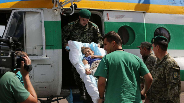 Поранену у Сартані 10-річну дівчинку доставили на гелікоптері до Києва