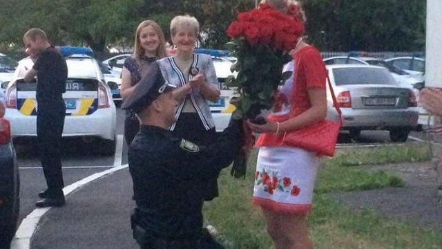 У Львові патрульний поліцейський освідчився своїй дівчині під час шикування