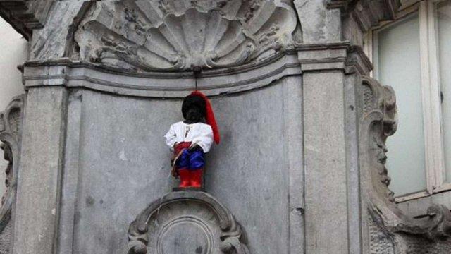 Брюссельського «пісяючого хлопчика» з нагоди Дня Незалежності одягли в костюм козака