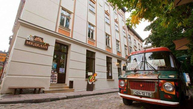 У  львівській кав'ярні нових поліцейських безкоштовно пригощають кавою