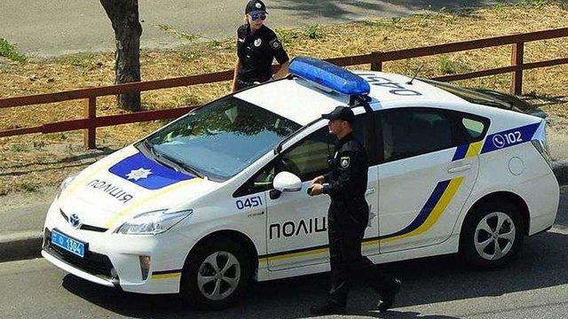 Патрульні в Києві затримали чоловіка з арсеналом зброї