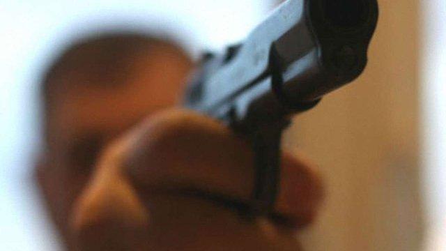 Охоронець мера Винників погрожував пістолетом шеф-редактору місцевої газети