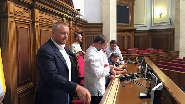 Нардепи «Радикальної партії» заблокували трибуну Верховної Ради