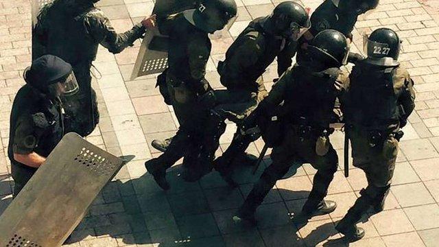 У нацгвардійців під Верховною Радою кинули гранату, десятки поранених