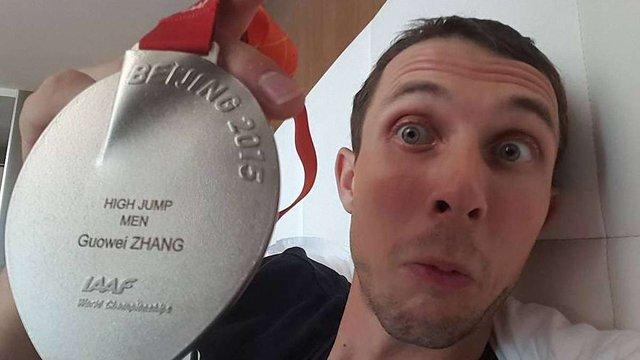 Українському легкоатлету вручили медаль китайського спортсмена