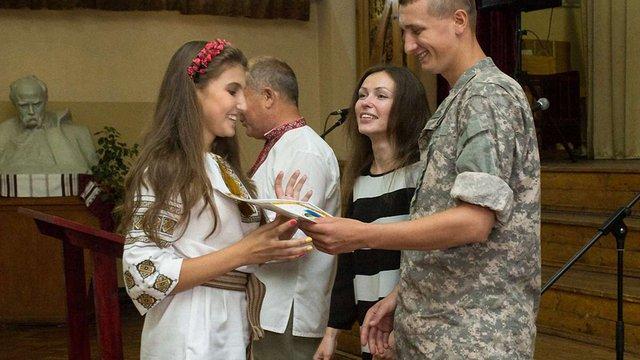 Перший урок у школі на Сихові відвідали волонтери та військові