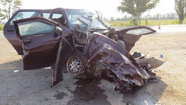На трасі Донецьк-Маріуполь автомобіль зіткнувся з військовим тягачем