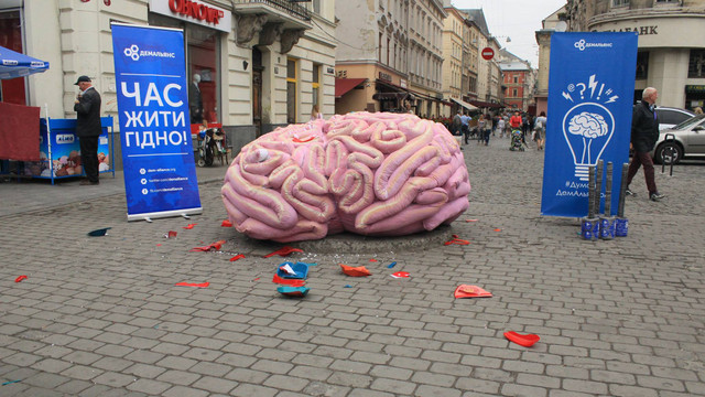 У центрі Львова активісти вибивали «совок» із гігантського пінопластового мозку