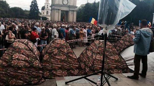Організатори антиурядового мітингу в Кишиневі почали зводити наметове містечко