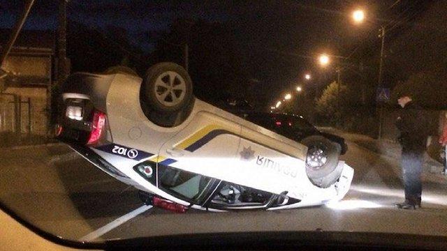 Внаслідок ДТП у Львові авто патрульної поліції перекинулось