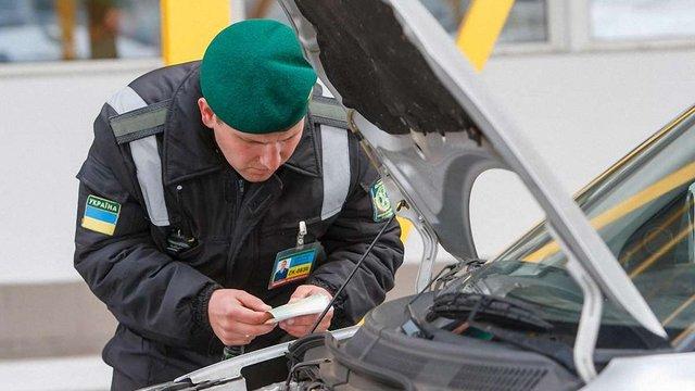 На кордоні з Польщею в автомобілі виявили дев'ять рушниць