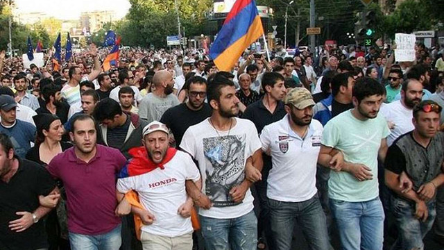 У Єревані поліція розігнала протестуючих проти подорожчання електроенергії