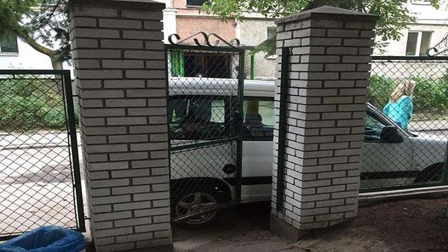 У Львові водій припаркувався на тротуарі, заблокувавши вхід до дитсадка