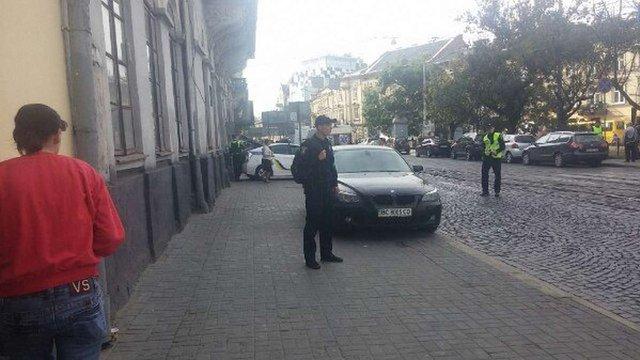 У зв'язку із «замінуванням» суду у Львові перекрили площу Соборну