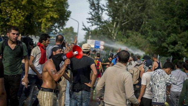 Угорська поліція застосувала сльозогінний газ проти мігрантів