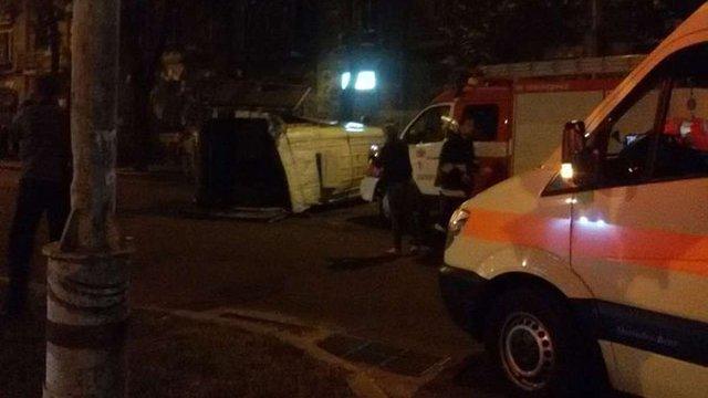 У Запоріжжі перекинулася маршрутка з людьми, постраждали 7 осіб