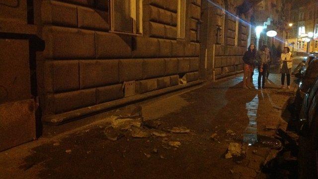 У центрі Львова фрагмент балкону обвалився на тротуар
