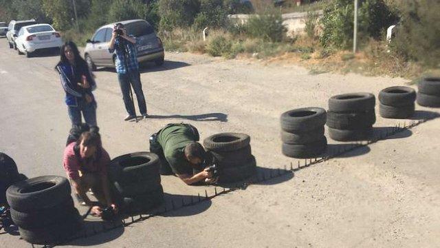 Дорогу на Крим активісти перегородили металевими шипами і автомобільними шинами