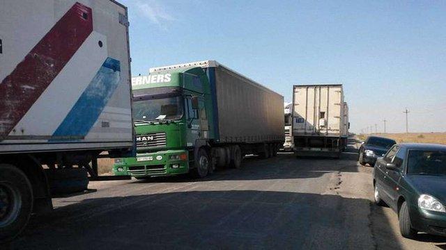 У черзі на в'їзді в окупований Крим стоїть 240 фур