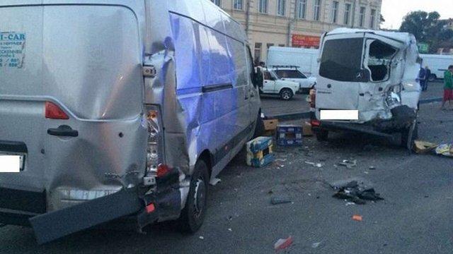 У Дніпропетровську вантажівка наїхала на двох пішоходів і спровокувала зіткнення п'яти авто