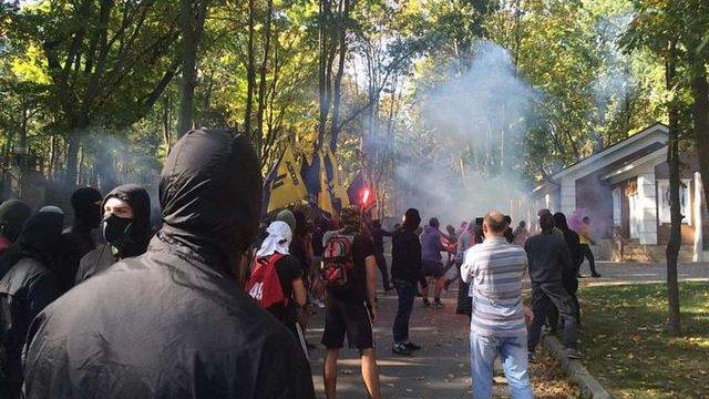 У Харкові активісти блокували будинок Добкіна і пішли на міськраду