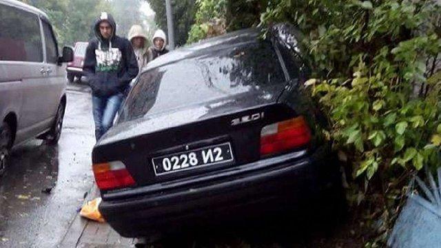Номер машини, з якої у Львові застрелили чоловіка, належить волонтерській організації