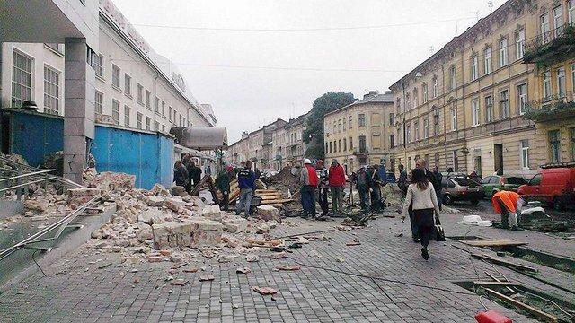 Після відкриття нового львівського торгового центру обвалилась стіна сусідньої будівлі