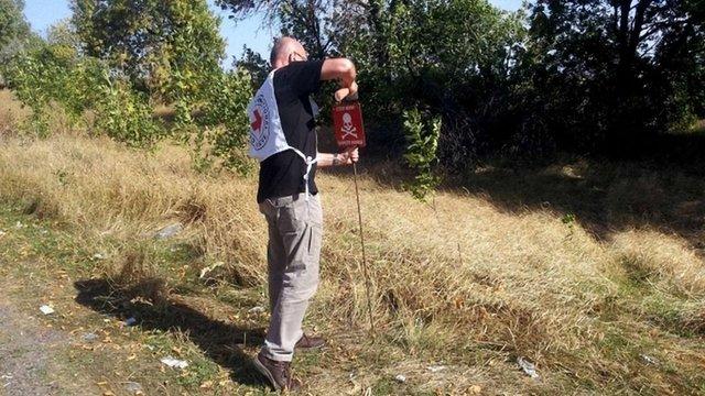 На Донеччині промаркували заміновані ділянки на шляху до пункту пропуску «Березове»