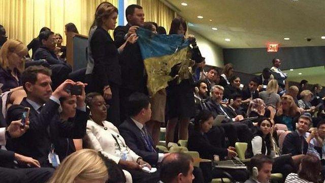Під час виступу Путіна в ООН у залі розгорнули прапор України з Іловайська