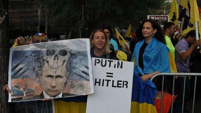 Під час виступу Путіна в ООН активісти порівняли його з Гітлером