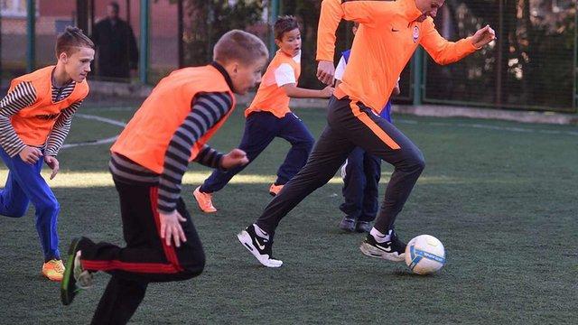 Гравці «Шахтаря» покопали м'яча з дітьми на Новому Львові