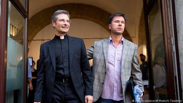 Ватикан звільнив священика-гея