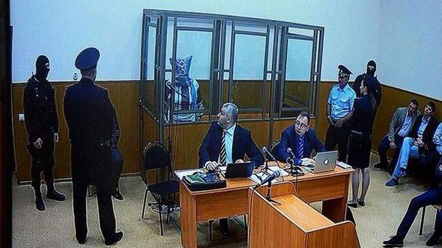 Надія Савченко в суді одягла на голову мішок
