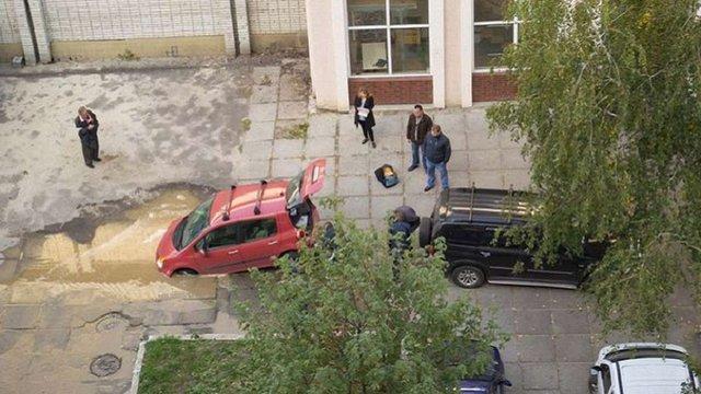 У Львові поліція оштрафувала водія, який застряг у ямі з водою на тротуарі